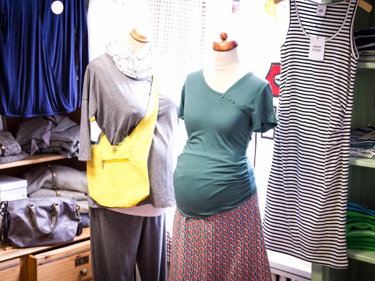 Zwei Schaufensterpuopen mit Funktionskleidung für Schwangere im Fachgeschäft für Kinderkleidung Elli und Mai in Lüneburg
