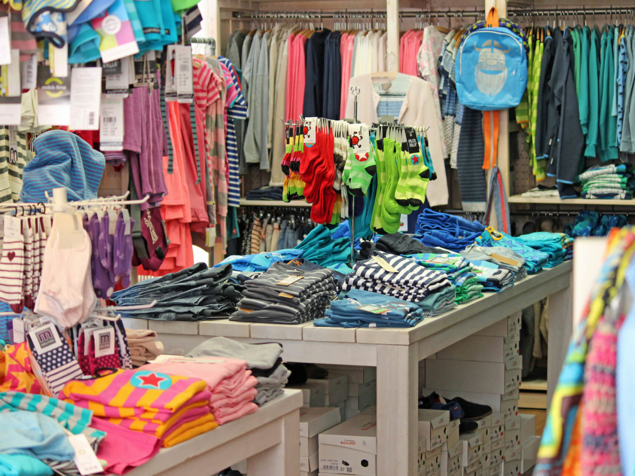 Blick ins das Fachgeschäft Elli & Mai in Lüneburg mit vielen nachhaltig produzierter Kleidung für Babys, Kinder und Mütter