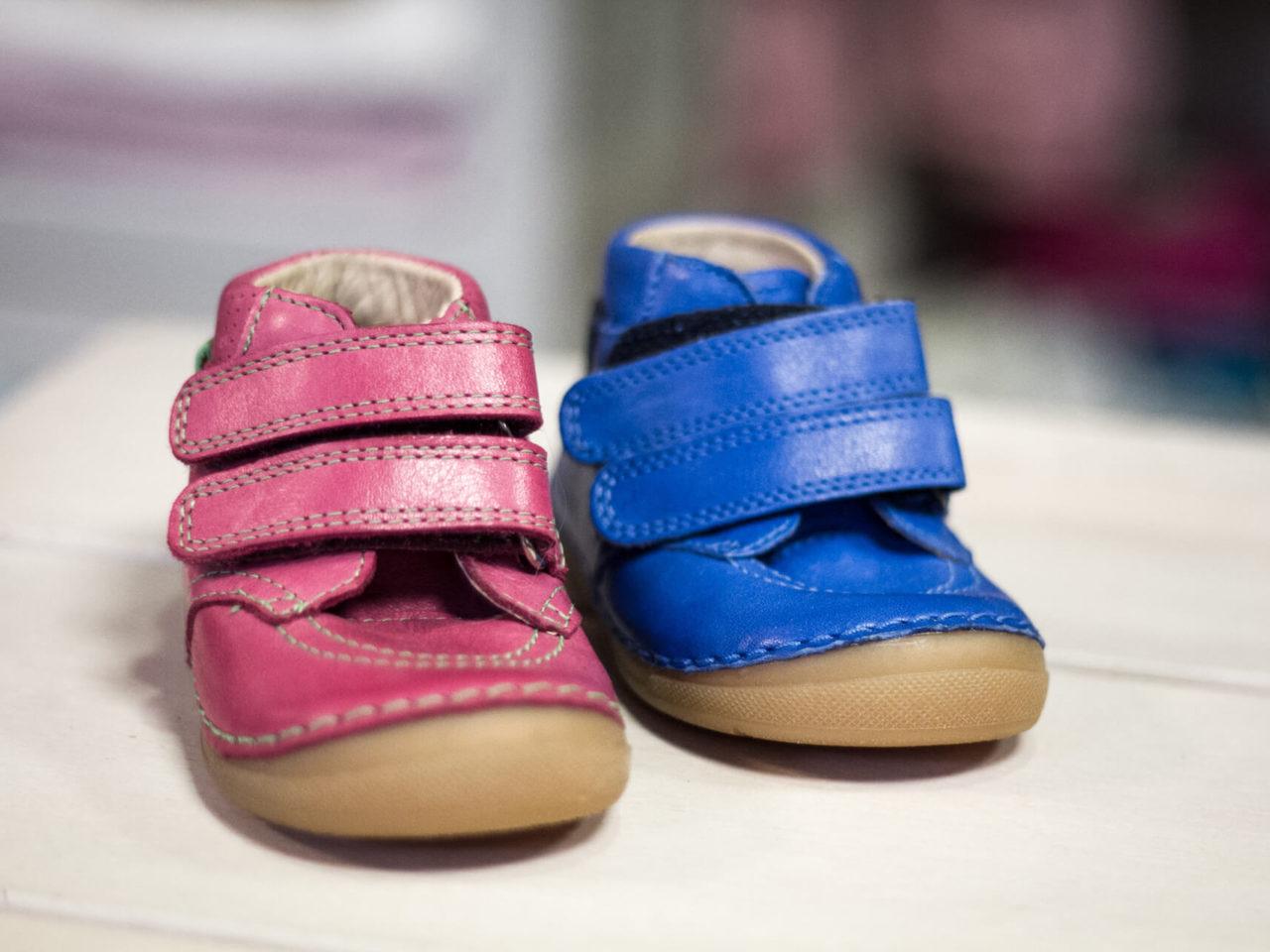 Zwei Klettverschlussschuhe für Jungen und Mädchen bei Elli & Mai Kinderkleidung