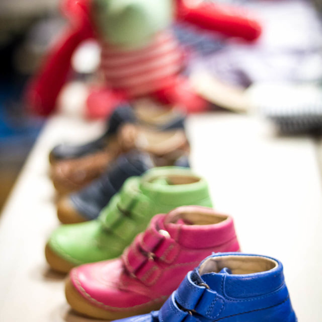 Schuhe mit Klettverschluss für Jungen und Mädchen in blau, rosa, grün und schwarz