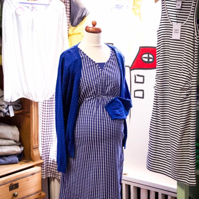 Schaufensterpuppe mit chicker und legerer Umstandsmode für schwangere Frauen bei Elli und Mai in der Rote Straße 7
