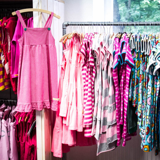 Eine unsere umfangreiche Auswahl an tollen Kleidern für kleine und große Mädchen bis Größe 176 im Fachgeschäft Elli und Mai in Lüneburg