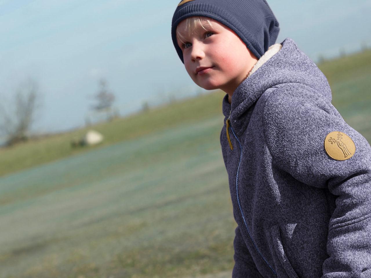 Junge trägt eine Outdoorjacke von elkline und eine Mütze von Elli und Mai in Lüneburg